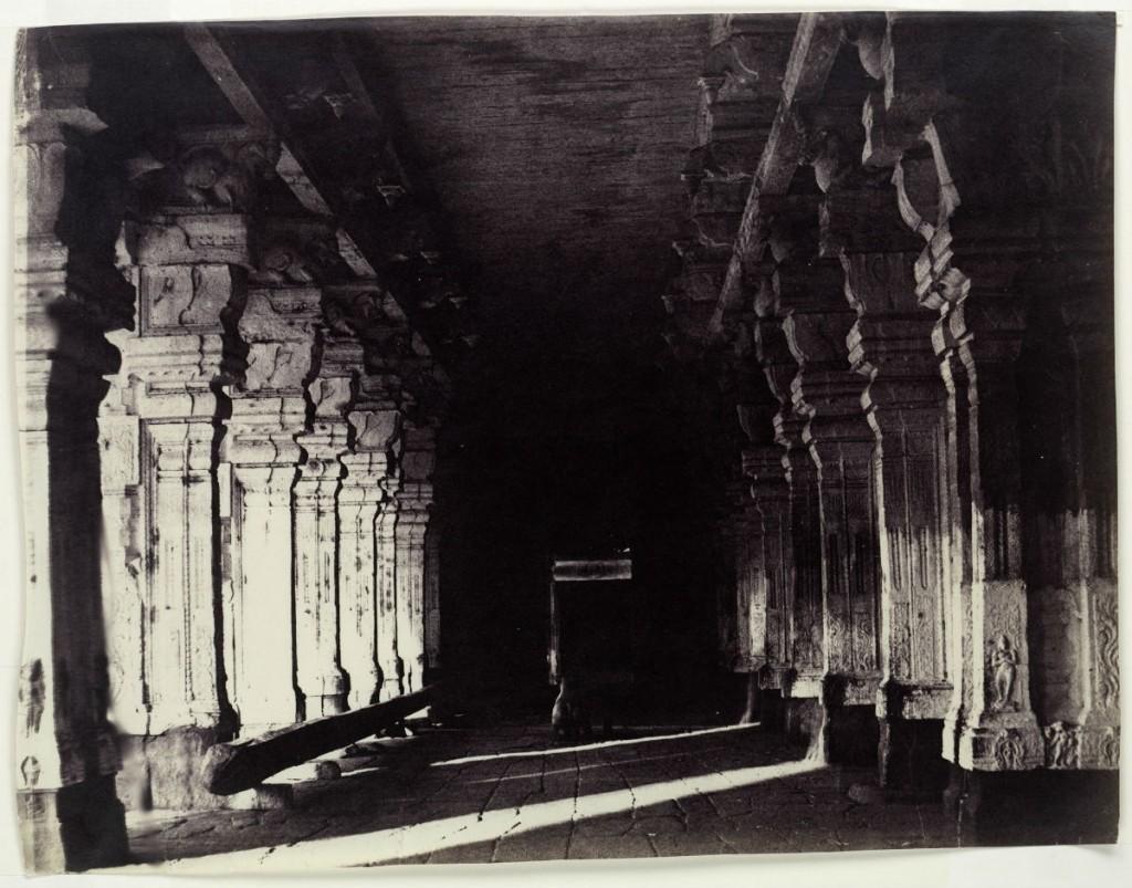 Zuilengang in de Viravasuntarayan Mundapam, Madura, India, toegeschreven aan Linnaeus Tripe, 1858 - 1860
