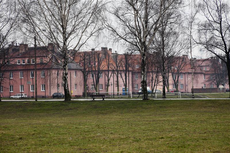 Deze gebouwen van de vrouwenafdeling van het hoofdkamp, waarin ook de laboratoria gevestigd waren waar experimenten werden uitgevoerd op vrouwelijke gevangenen, zijn tegenwoordig bewoond. © Hans Citroen