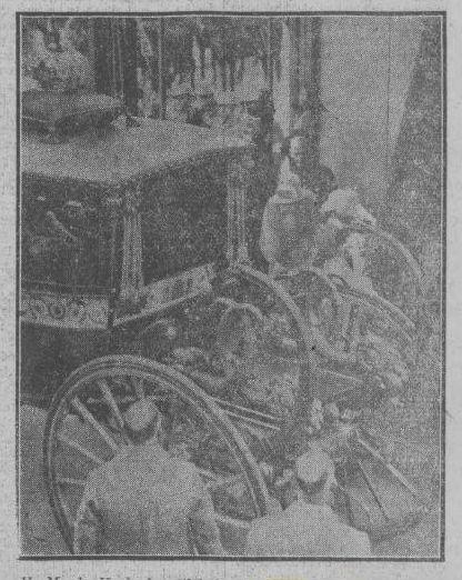 Koningin Wilhelmina stapt in de Glazen Koets, na de voltrekking van het huwelijk van prinses Juliana en prins Bernhard. (Delpher - Limburger koerier, 1937)