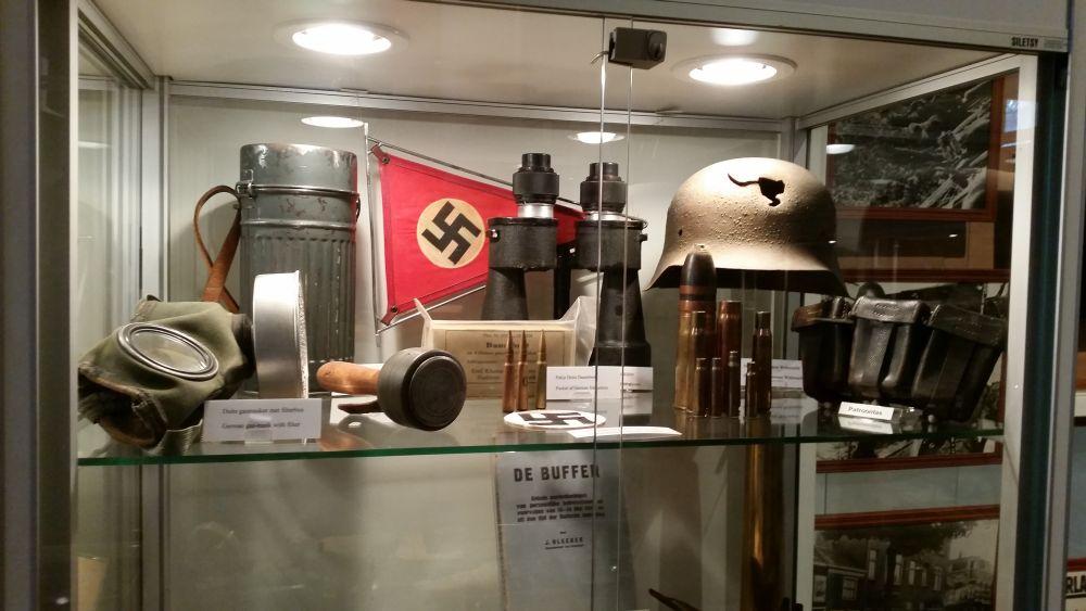Duitse objecten maken ook onderdeel uit van de collectie, waaronder de helm met het gat erin.