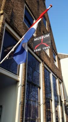 De Hollandse driekleur wappert vrolijk in het zonnetje boven de museumingang