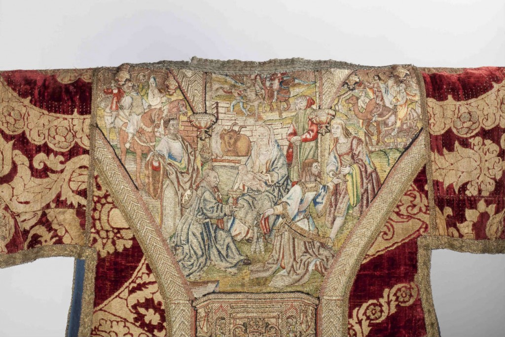 Detail borduurwerk met Aanbidding van de koningen op dalmatiek, Noord-Nederland, waarschijnlijk Amsterdam, naar ontwerp van Jacob Cornelisz, ca. 1520-1525. - Utrecht, Museum Catharijneconvent