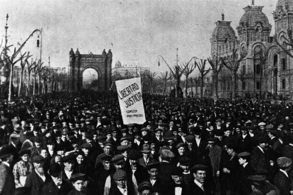 Demonstranten in Barcelona voor de Arc de Triomf tijdens de Tragische Week - cc