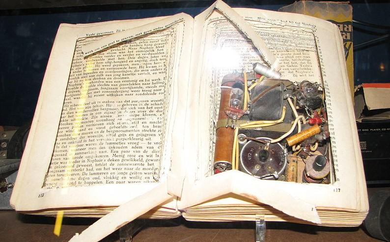 In de Tweede Wereldoorlog werden radio's vaak in boeken verborgen voor de bezetter - cc