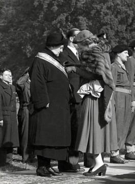 Juliana speldt haar moeder de Militaire Willemsorde op, 1948. (Coll. Koninklijk Huisarchief)