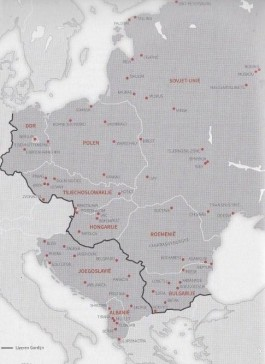 Kaart van Oost-Europa in Het Oostblokboek. Het IJzeren Gordijn verloopt buiten Joegoslavi? en Albani?, die afstand van de Sovjet-Unie hadden genomen.
