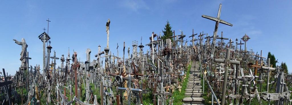 De heuvel met duizenden kruisen ten noorden van Siauliai in Litouwen (Foto Wikipedia)