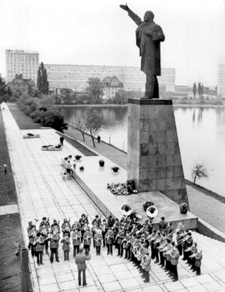 Het verwijderde negen meter hoge standbeeld van Lenin uit Merseburg (DDR) werd in 1997 geïmporteerd door een aannemer uit Tjuchem (Groningen) en staat nu bij het kuuroord van Nieuweschans.
