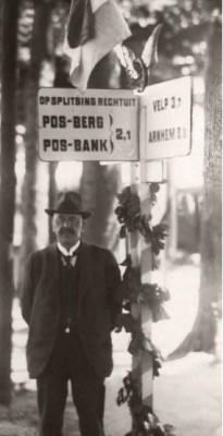 Gerard Pos  poseert bij een door het ANWB ontworpen wegwijzer naar de Posbank.