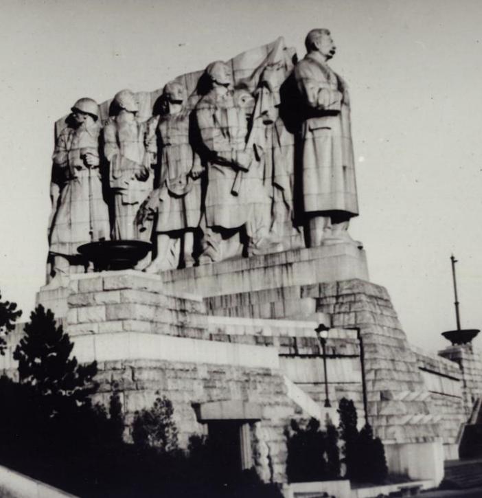 De rij voor de slagerij: Stalin, aan het hoofd van 'socialistische werkers', kijkt uit over Praag