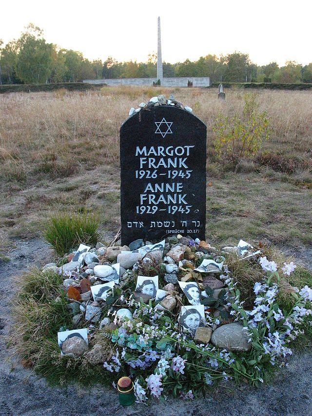 Symbolische grafsteen voor Anne en Margot Frank in Bergen-Belsen