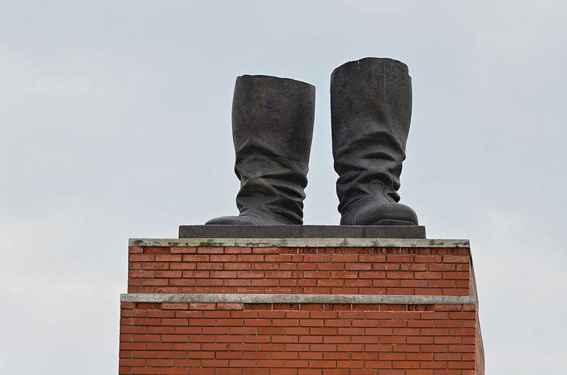 De laarzen van Stalin, die sinds 1949 in Boedapest onder een 25 meter hoog standbeeld stonden van de Sovjet-leider, en als enige nog resteren in het Memento Park in de Hongaarse hoofdstad. (Foto Wikipedia)