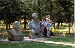 Kinderen spelen met de snor van Stalin in het park in Litouwen.