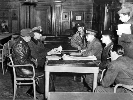 Wageningen, 5 mei 1945: v.l.n.r. Reichelt, Blaskowitz, Kitching (chef-staf), Foulkes, Molnar en prins Bernard.