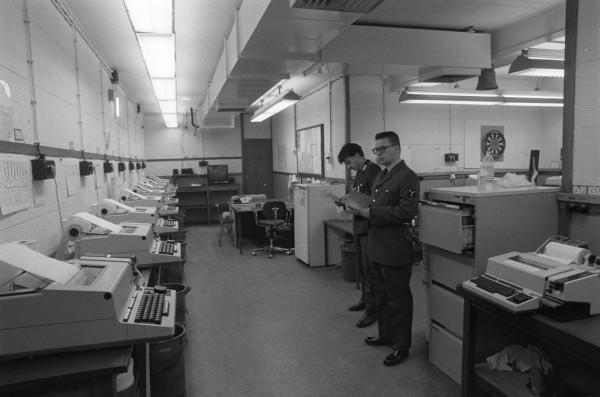 Een computerruimte in het Joint Operations Centre in de Cannerberg, Maastricht (Collectie NIMH)