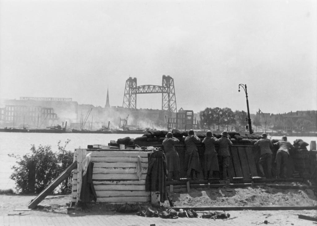 Nederlandse soldaten bij Maasstation