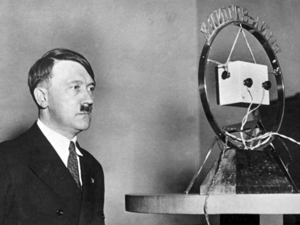 Radiotoespraak van Adolf Hitler, 1933 (Bundesarchiv - cc)