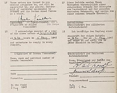 De handtekeningen onder de Orders on the Surrender van Foulkes (l.) en Blaskowitz, 5 mei 1945, 16.30 uur.