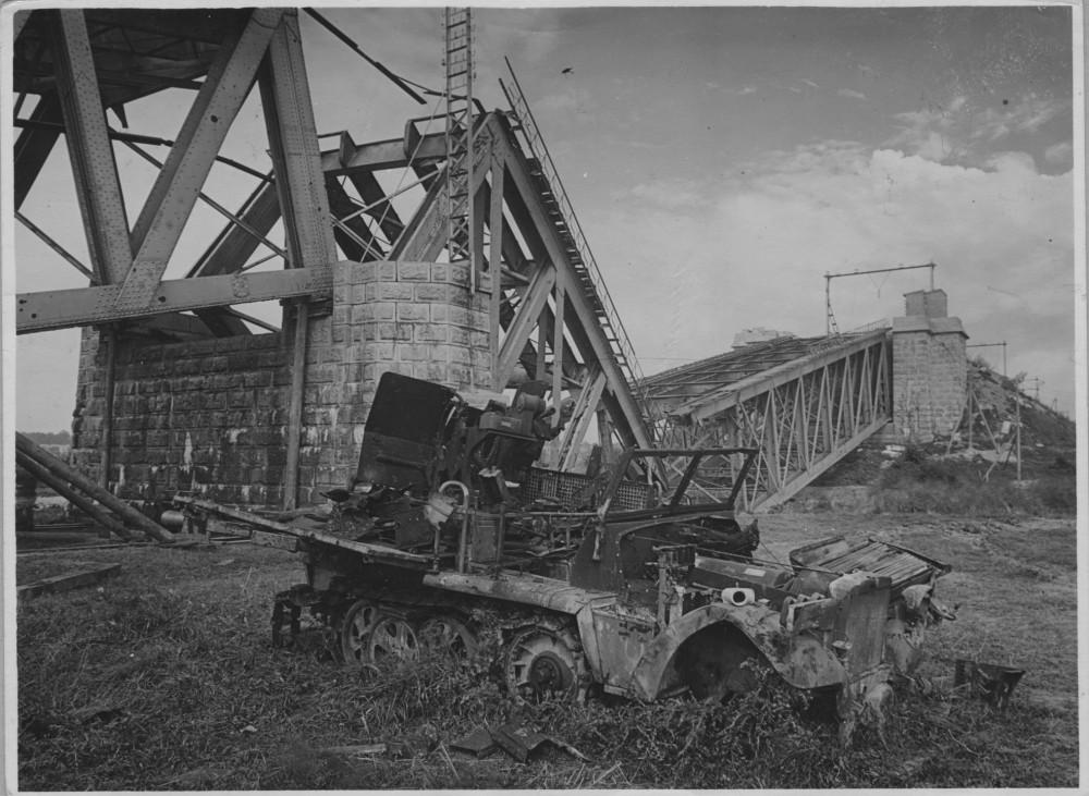 Spoorbrug bij Oosterbeek met kapotgeschoten Sonderkraftfahrzeug. Gelders Archief, nr. 1579-15. Foto: D. Renes   1945