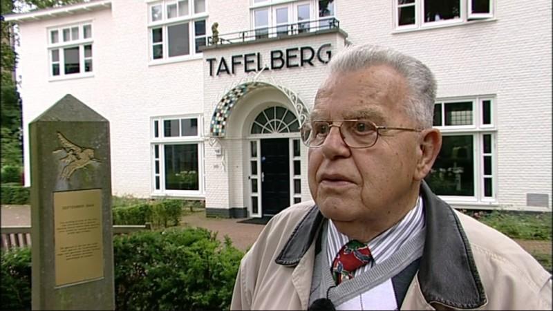 Krüger vertelt over wapenstilstand bij hotel De Tafelberg. Collectie Airborne Museum. Still uit interviewfilm: Joop Bal   17 augustus 2010