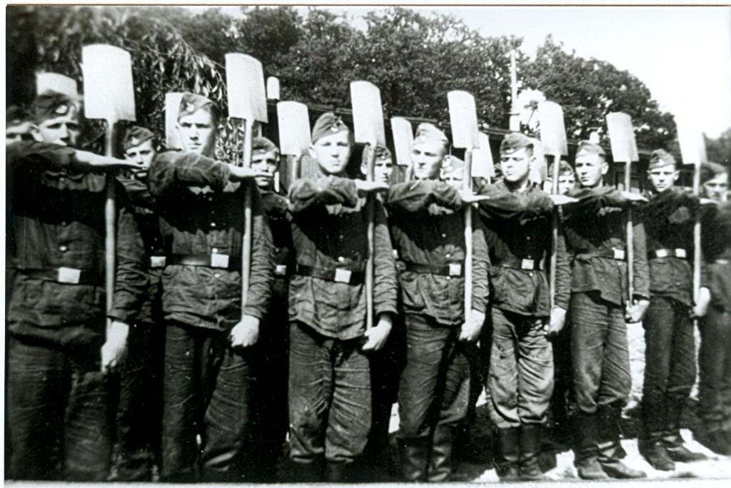 Strammstehenmet de spade bij de Reichsarbeitsdienst 6/212. Collectie B. Honermann. Foto: onbekend | 1943