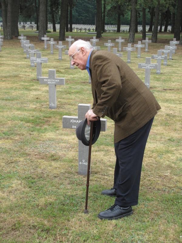 Definitief afscheid van zijn gesneuvelde kameraden; Duitse soldatenbegraafplaats, Ysselsteyn (L). Collectie en foto: I. Maan