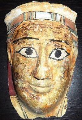 Voorbeeld van een mummie-kartonnage. Deze recent werd aangeboden op eBay.