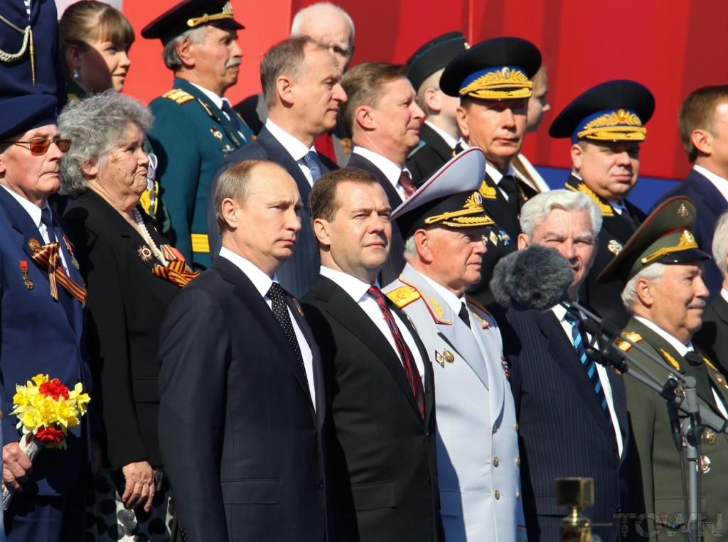 President Poetin en premier Medvedev tijdens een recente Overwinningsparade