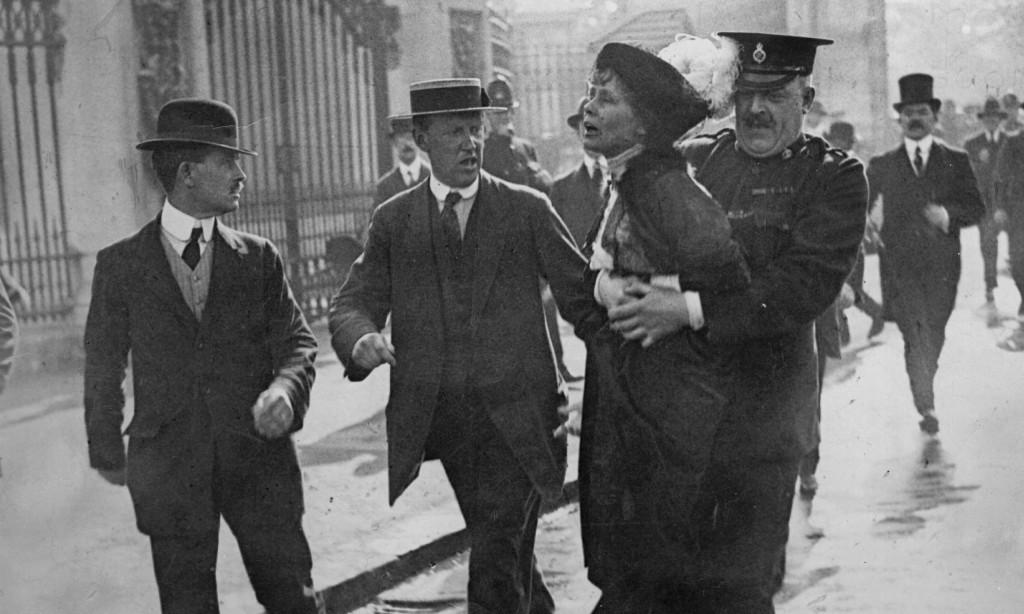 Emmeline Pankhurst wordt weer eens opgepakt. (anglotopia.com)