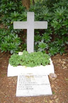 Het herdenkingskruis voor de slachtoffers van de fusillade op 20-11-1944 in het Schupse Bos, Rhenen. Bron: www.4en5mei.nl