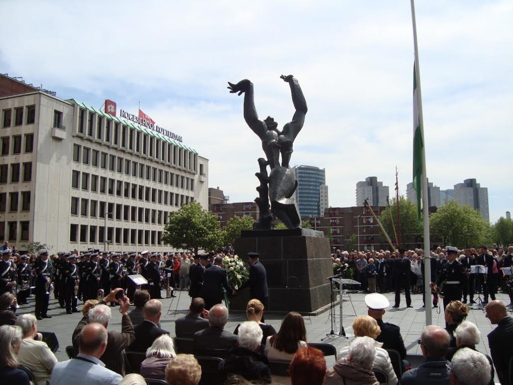 Kranslegging bij herdenking 75 jaar bombardement (Edwin Ruis)