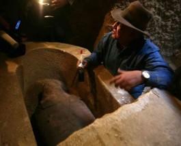 Dit is niet Indiana Jones maar Zahi Hawass. Evengoed is dit geen professionele archeologie.