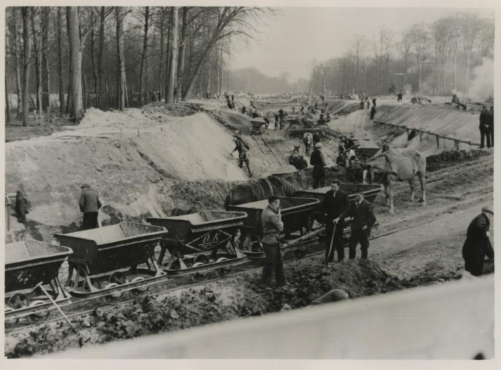 Aanleg van de tankgracht door het Haagse Bos in 1943. Collectie Haags Gemeentearchief