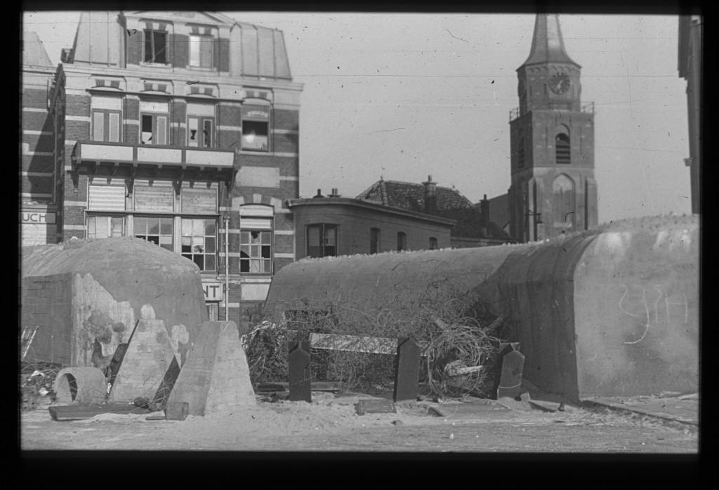 Doorgang in de tankmuur op de boulevard bij de Keizerstraat, 1945. Collectie Haags Gemeentearchief