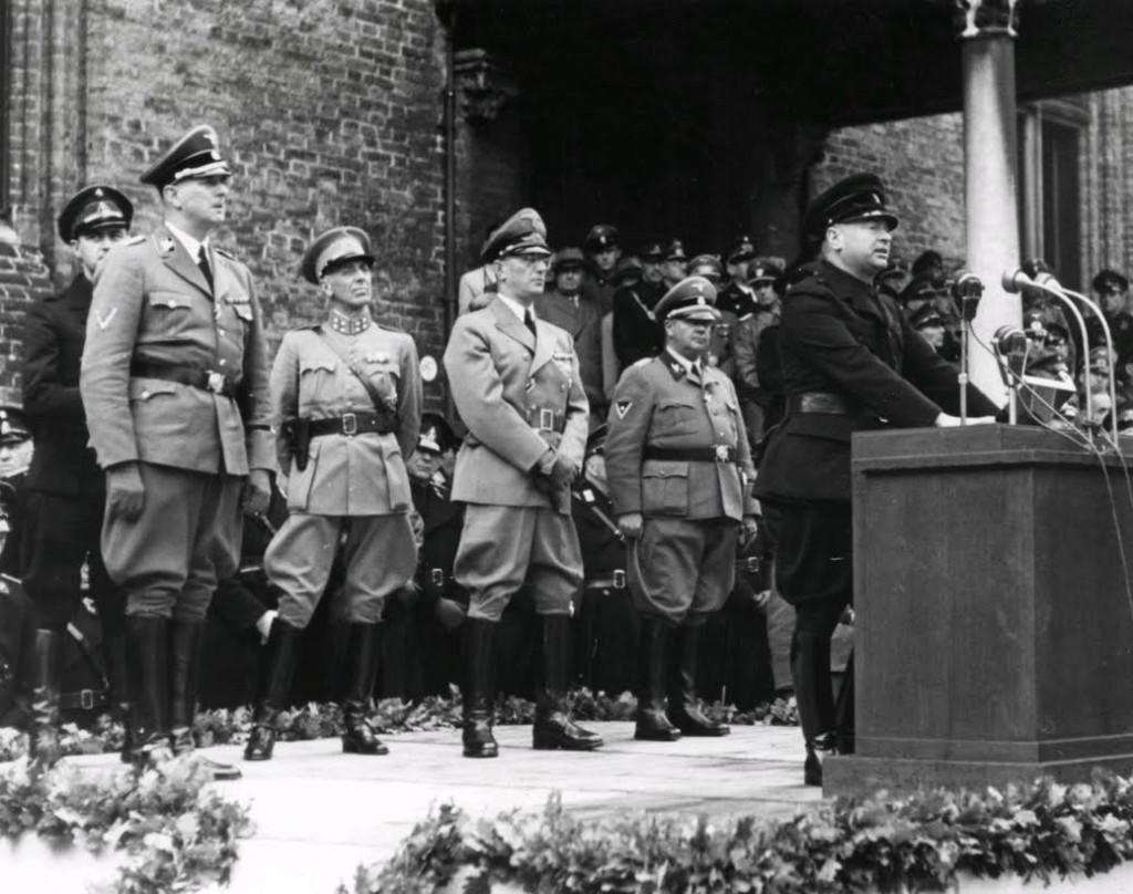 Hendrik Seyffardt bij een toespraak van Mussert in 1941. Seyffardt staat achteraan, tweede van links. Bron: Wikipedia.