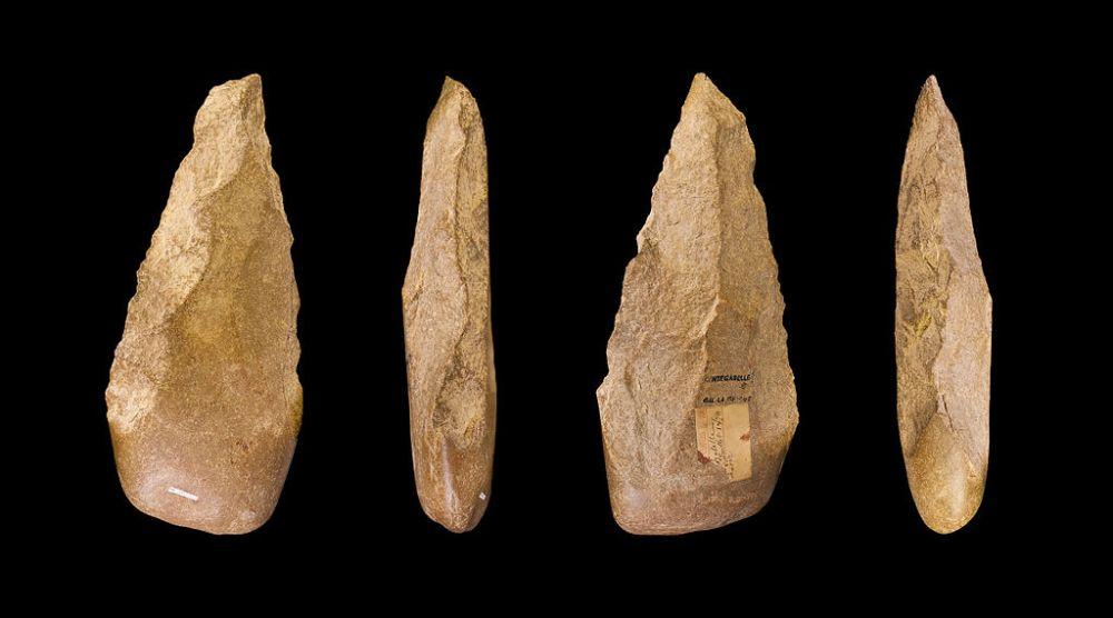 Acheuléenperiode vuistbijlen, 500-300 duizend jaar oud (foto: wiki-Toulouse Museum, upload van Didier Descouens)