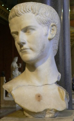 Buste van Gaius Caligula met een baard als teken van rouw om zijn zus Iulia Drusilla. (39-41 n.Chr.,Louvre, Ma 1234)