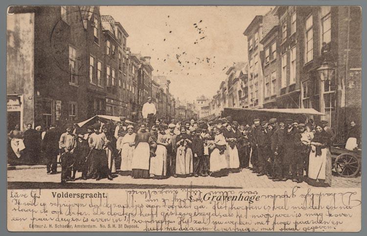 Prentbriefkaart van markt op de Voldersgracht in Den Haag met groep mensen, ca. 1902. Collectie Joods Historisch Museum, Amsterdam.