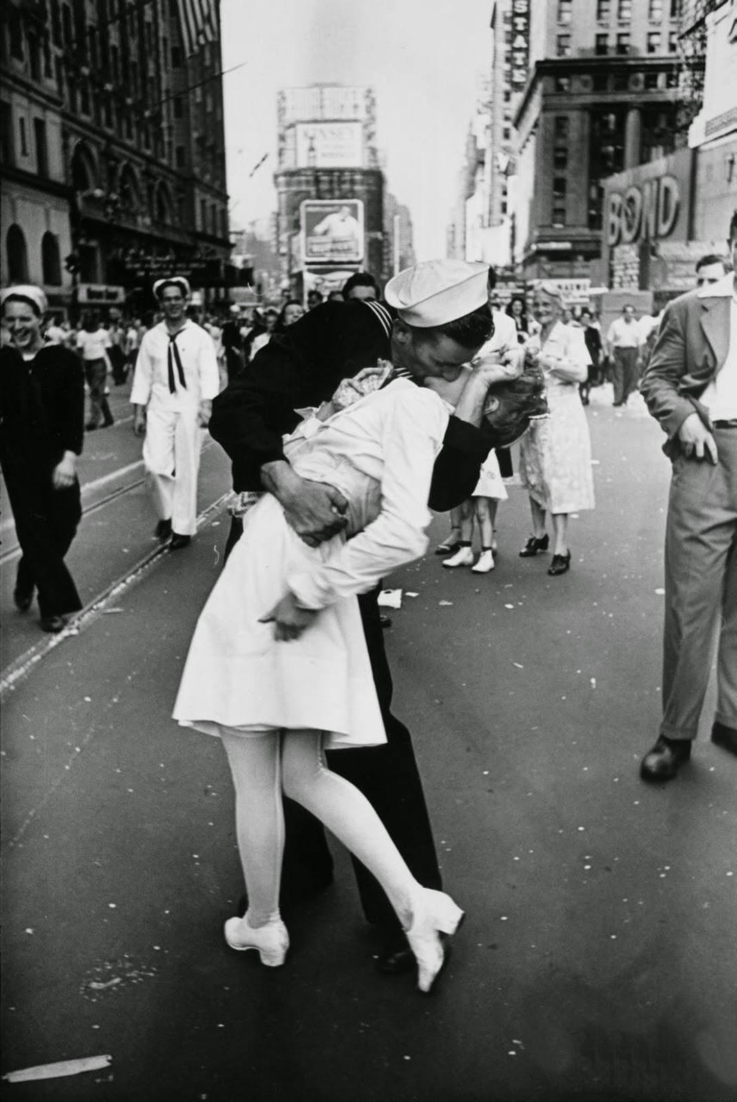 Afbeeldingsresultaat voor foto kussende matroos Times Square 14 augustus 1945
