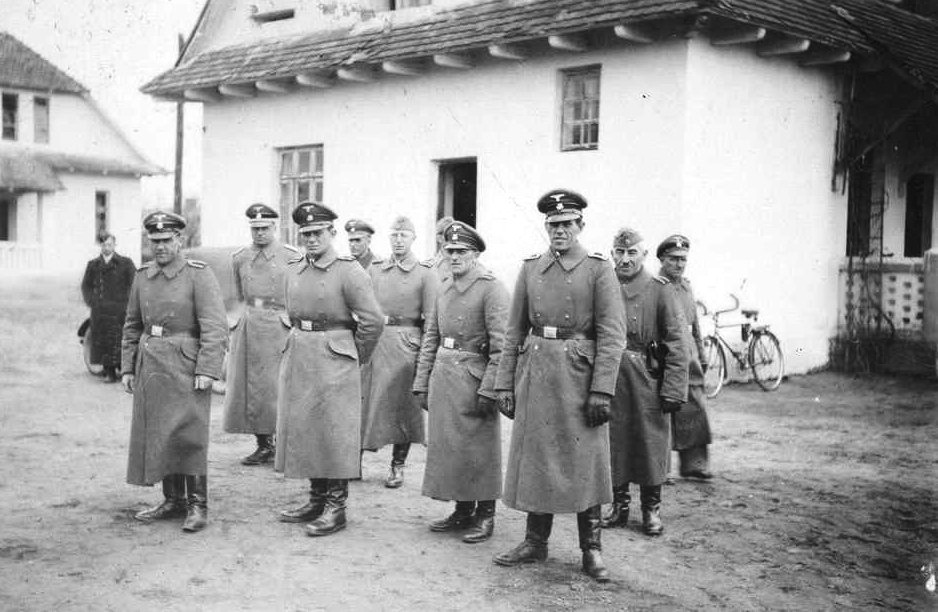 Van rechts naar links SS Rottenführer Heinrich Barbl, Artur Dachsel, Lorenz Hackenholt, Ernst Zierke, Max-Gringers, onbekend, Reinholt Feis, Karl Schluch en Fritz Tauscher. (Foto gemaakt in 1942)