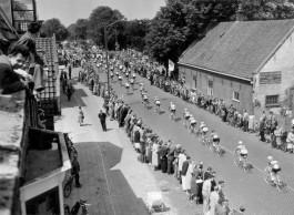 Tour de France in Nederland. Eerste etappe (Amsterdam-Brasschaat-Antwerpen). Het peloton op de Zandvoortselaan tussen Zandvoort en Heemstede, 8 juli 1954. (cc - Nationaal Archief)