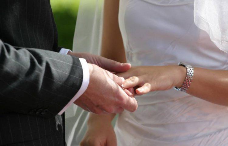Ringen tijdens een trouwerij (CC BY 2.0 - Jason Hutchens - wiki)