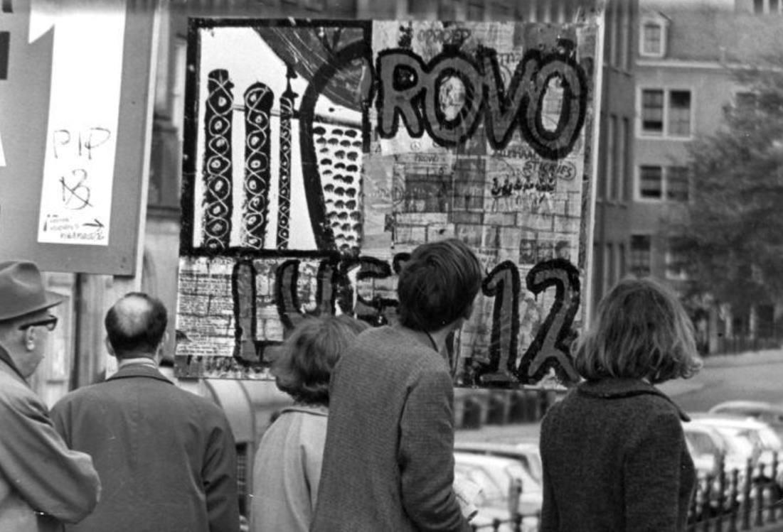 Het eerste verkiezingsbord van de Provopartij te Amsterdam, 8 mei 1966
