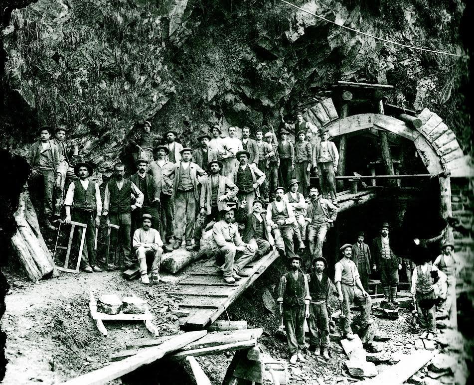 Italiaanse arbeiders bij de bouw van de Simplontunnel, 1899