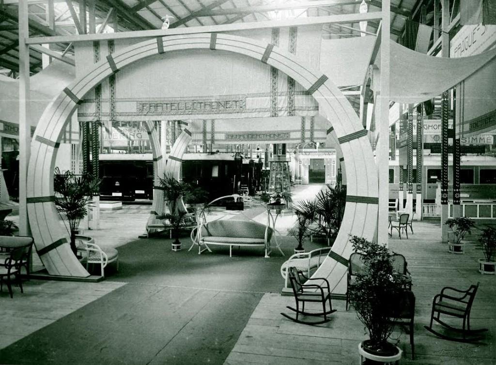 Oostenrijks paviljoen met Thonet-meubelen en rijtuigen, 1906
