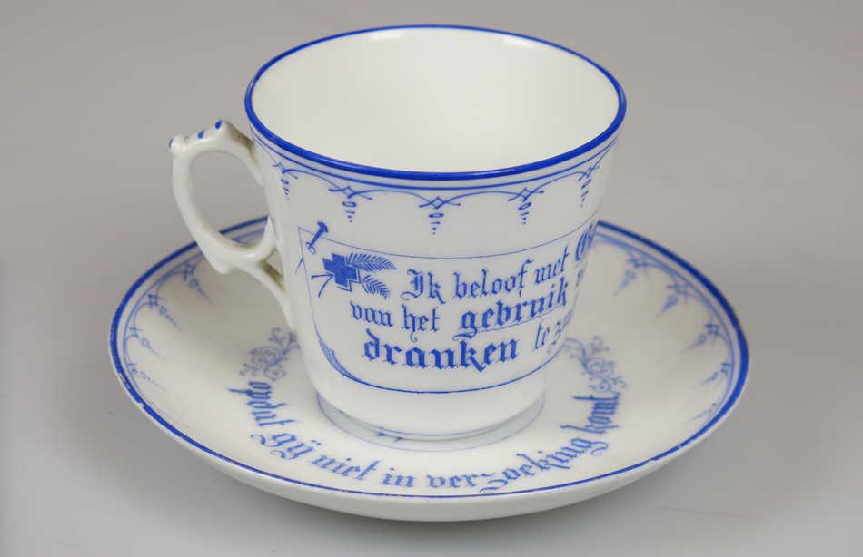 Kop- en schotel van de Nederlandse Vereniging Het Blauwe Kruis, begin 20ste eeuw, obj.nr 1510.1/2