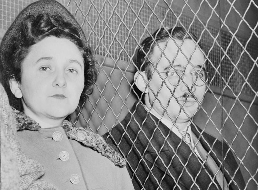 Julius en Ethel Rosenberg verlaten een Amerikaanse rechtbank na schuldig te zijn bevonden, 1951