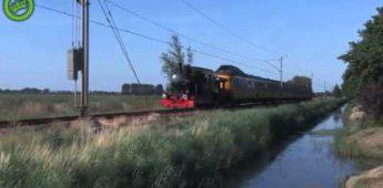 Stoomtrein uit 1887 helpt gestrande trein uit de brand