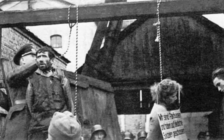 Nazi's hangen bij Minsk (Wit-Rusland) een aantal Russische partizanen op, 26 oktober 1941. Bron: http://albumwar2.com/