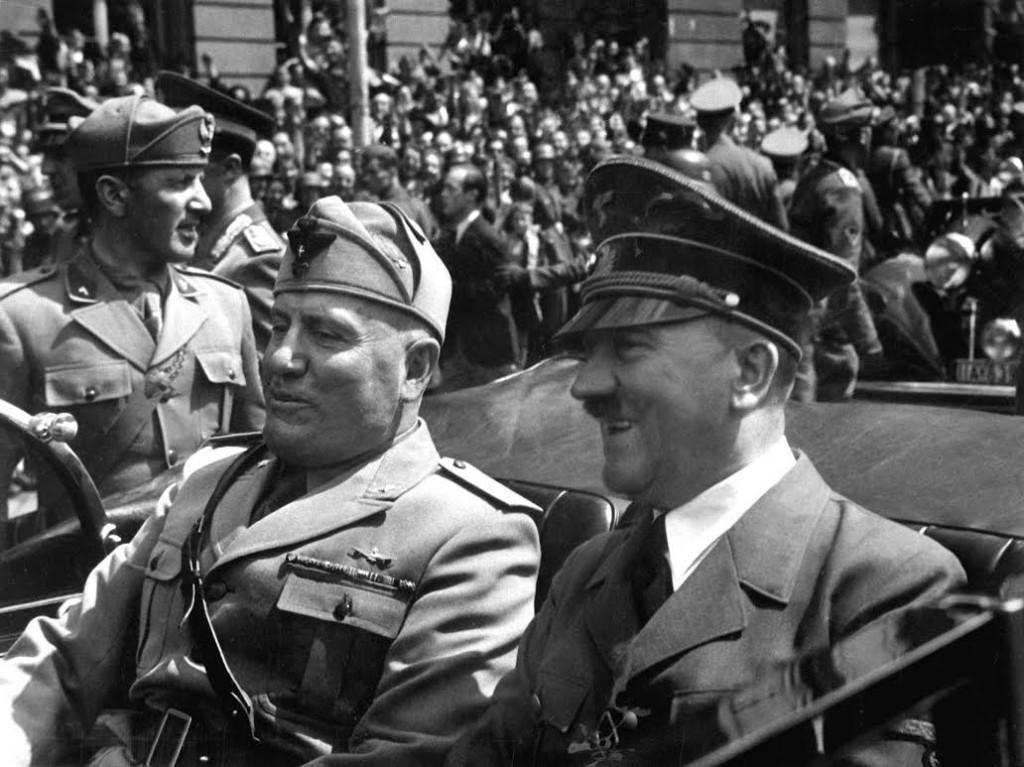 Benito Mussolini en Adolf Hitler in een auto, juni 1940. Bron: Wikipedia
